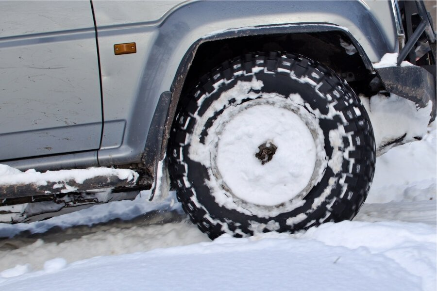 Car with FWD driving in the snow